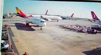 Wielki samolot znokautował mały ogon samolotu