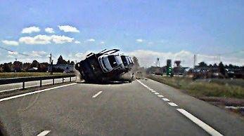 Moment wypadku samochodu ciężarowego na trasie DK-81 w Drogomyślu
