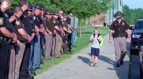 Policjanci eskortują do szkoły 5-letniego syna kolegi, który zginął na służbie