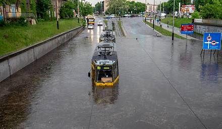 Gwałtowna ulewa momentalnie zalewa tramwaj w Łodzi