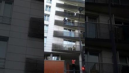 Bohater z Paryża. Uratował dziecko, które wisiało na balkonie na czwartym piętrze!