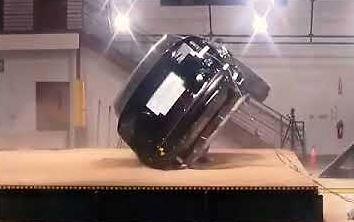 Tesla Model X - test bocznej wywrotki