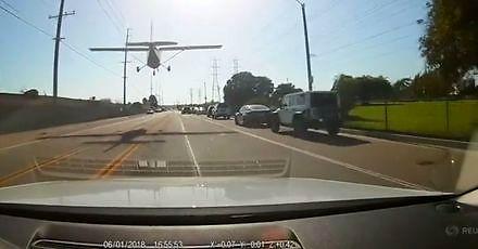 Awaryjne lądowanie awionetki na ruchliwej ulicy w Kalifornii