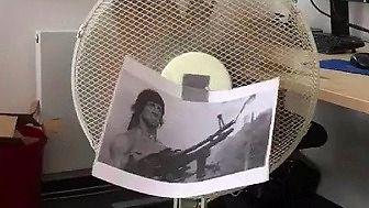 John Rambo nie tylko ratuje z opałów, ale również przed upałami