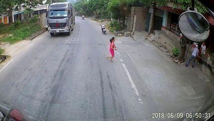 Małe dziecko wchodzi na drogę wprost pod ciężarówkę w Wietnamie
