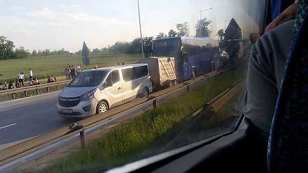 Karambol na A4. Zderzenie trzech busów, autokaru, osobówki i lawety