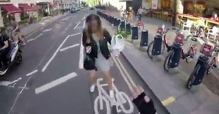 Rowerzysta miał już dość niesfornych pieszych
