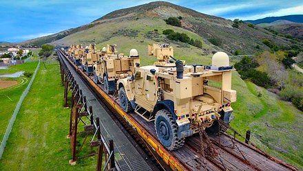 Dron lecący za pociągiem wojskowym