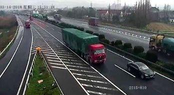 Przegapił zjazd i swoim zachowaniem spowodował wypadek dwóch ciężarówek