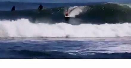 Ten surfer coś dziwnie wygląda
