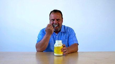 Gość jedzący jedzenie - majonez