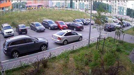 Skasować trzy samochody na parkingu pod blokiem? Bezcenne!