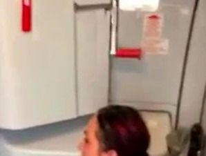 """Pasażerka nasikała na podłogę samolotu w """"przedpokoju"""""""
