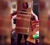 Pijany koleś próbuje zdjąć z siebie pudło