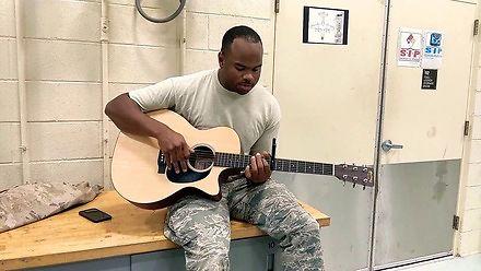 Ostatni dzień w Służbach Powietrznych i dopiero teraz pochwalił się swoim talentem