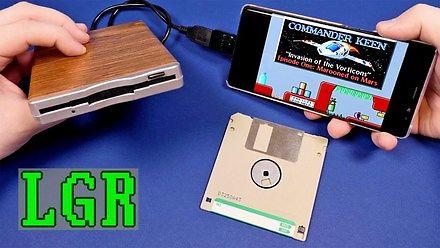 Podłączenie stacji dyskietek i klawiatury do smartfona, by pograć w DOS-owe gry? Czemu nie?!