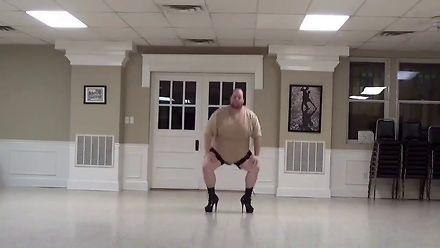 Ten grubasek tańczy lepiej od ciebie. Nawet w szpilkach