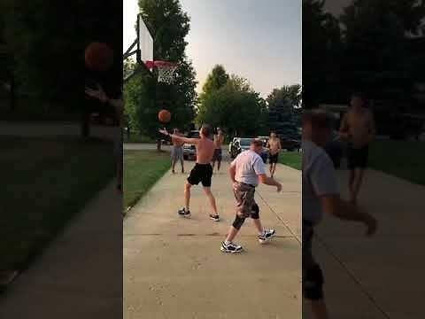 Dziadek wie, jak grać w koszykówkę