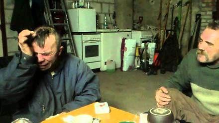Dwóch dżentelmenów podczas lunchu wymienia poglądy na temat pracy i płacy w firmie