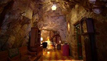 Piękny dom wewnątrz jaskini