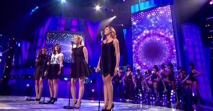 Cztery piękne francuskie piosenkarki łączą siły, żeby oderwać Bojowników od pracy