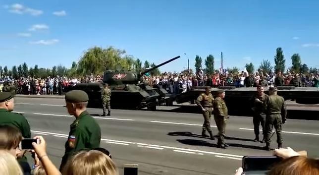 Zabytkowy czołg T-34 o mały włos nie zabił ludzi podczas wojskowej parady w Rosji