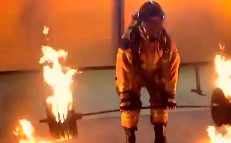 50-letni strażak podnosi 270 kg płonącą sztangę