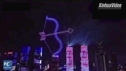 Pokaz świetlny stworzony za pomocą 777 dronów