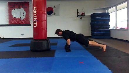 Koleś boksuje w trakcie robienia pompek