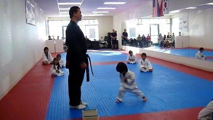 Przyszły mistrz taekwondo zdobywa swój pierwszy pas