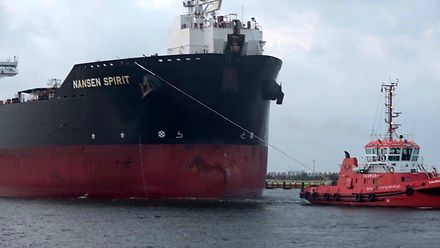 Olbrzymi tankowiec Nansen Spirit wpływa do portu w Gdańsku