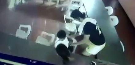 Zmęczony uczeń myli krzesło z plecakiem