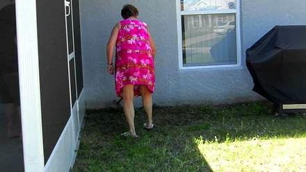 Babcia łapie węża