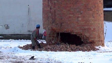 Rozbiórka komina za pomocą młota pneumatycznego