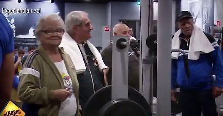 Staruszkowie mistrzowsko trollują młodych na siłowni