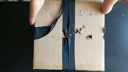 Wysłali paczkę do dziewczyny bez rąk, więc zrobiła unboxing