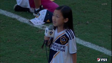 Siedmiolatka śpiewa hymn USA podczas meczu LA Galaxy