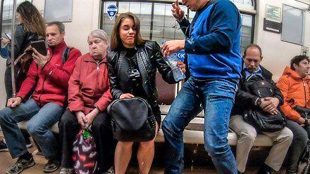 """Rosyjska akcja przeciw """"rozkładaniu nóg"""" w komunikacji miejskiej. Co powiecie na to Bojownicy?"""