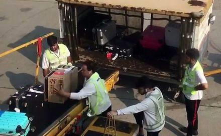 Niektórzy tak obchodzą się z twoim bagażem na lotnisku