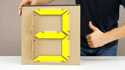 Wyświetlacz cyfrowy zrobiony z kartonu