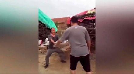 King Bruce Lee karate mistrz i jego nieświadomy kolega