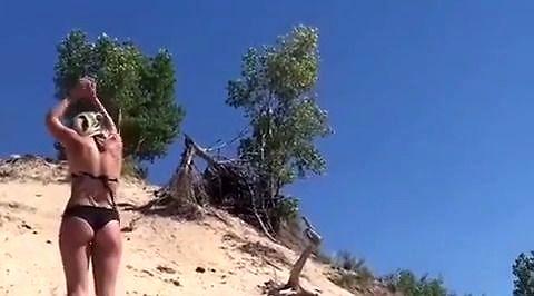 Zakręconej pani figle na piasku