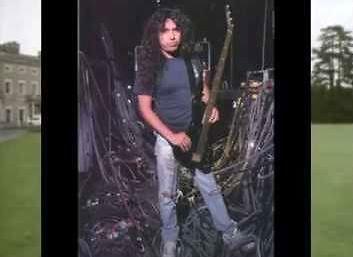 Tom Araya ze Slayera śpiewa do muzyki z Benny Hilla