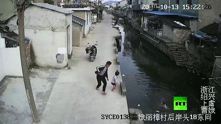 Zabawa dzieci w pobliżu wody