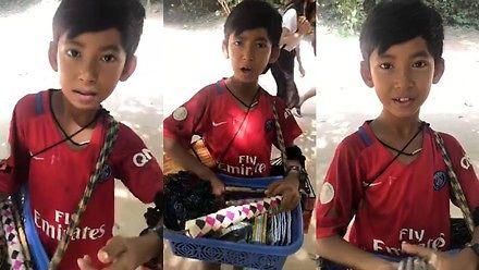Młody sprzedawca pamiątek w Kambodży z każdym się dogada