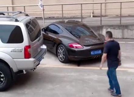 Jak radzić sobie z dupkiem na parkingu
