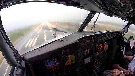 Widziane z kokpitu lądowanie Boeinga 737 w trakcie burzy