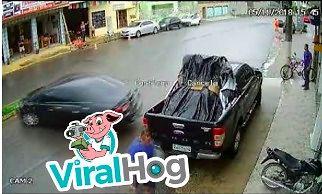 Samochód wpada w poślizg i prawie rozjeżdża człowieka