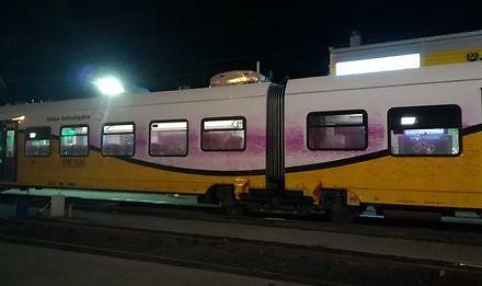 Wandal pomalował pociąg pędzący 130 km/h
