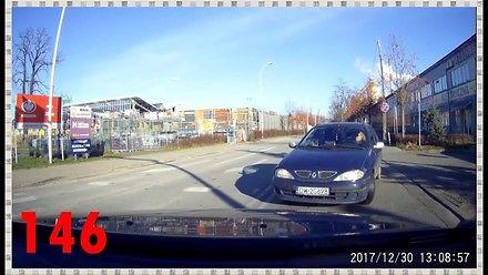 Autobus wyprzedza po ścieżce rowerowej, czyli tak jeżdżą polscy kierowcy
